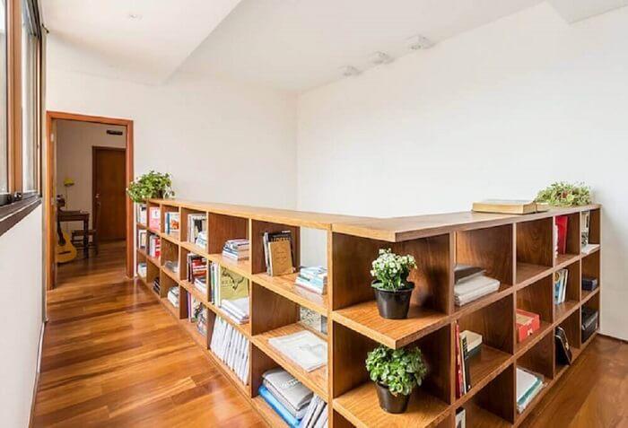 Guarda corpo de madeira também pode receber espaço com nichos e maximizar o espaço do ambiente