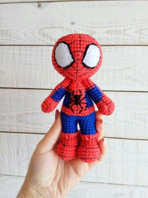 Amigurumi na decoração infantil feito de Homem Aranha