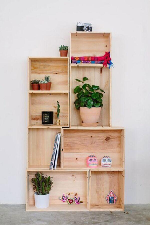 Invista em objetos fofos para decorar sua estante de caixote de feira