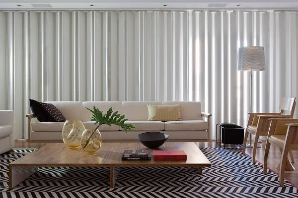 Invista em tapete preto e branco estampado para sala de estar
