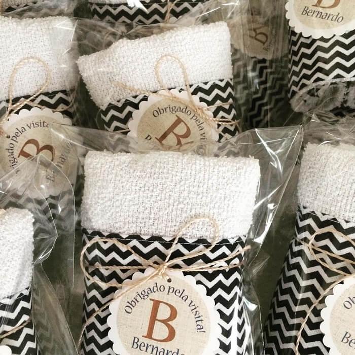 Invista em toalhas bordadas como lembrancinha de maternidade