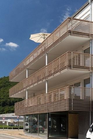 Invista em um modelo de guarda corpo de madeira que se harmonize com a fachada da casa