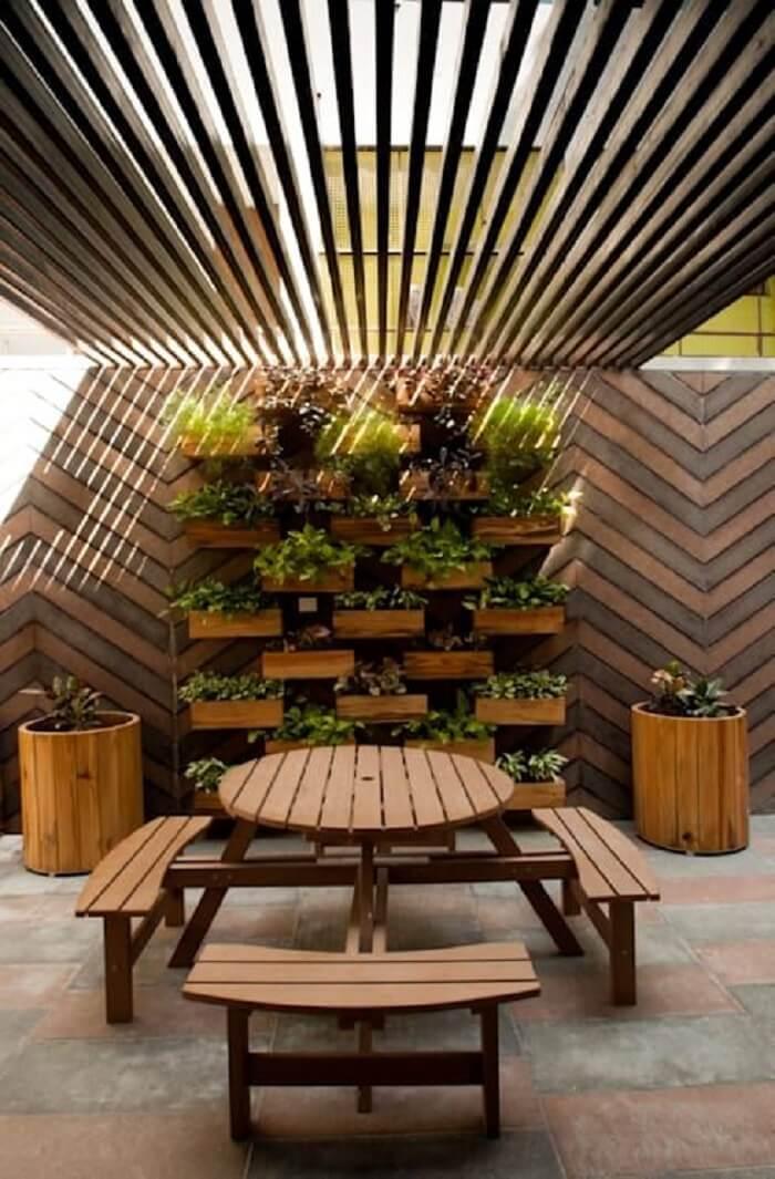 Invista em um teto com estrutura criativa para varanda de madeira