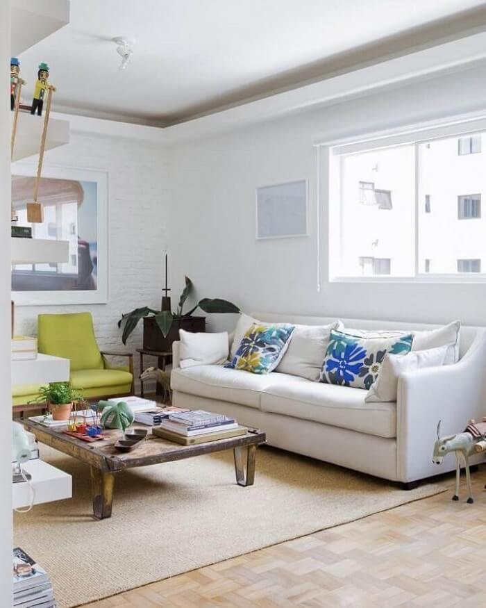 Invista em uma decoração colorida caso o tecido para sofá seja branco