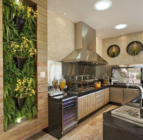Jardim vertical e churrasqueira de vidro para área gourmet