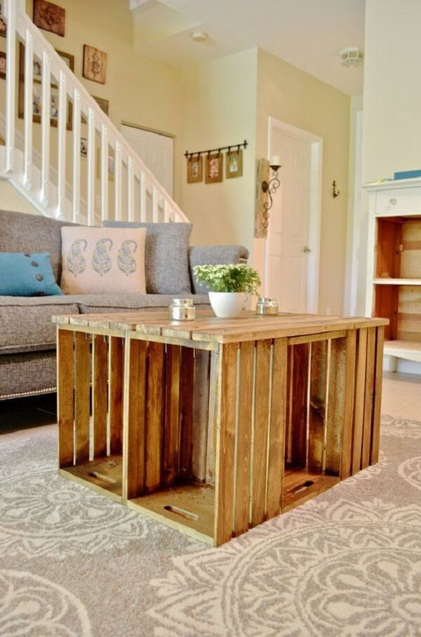 Junte vários caixotes de feira e forme uma linda mesa de centro para sala