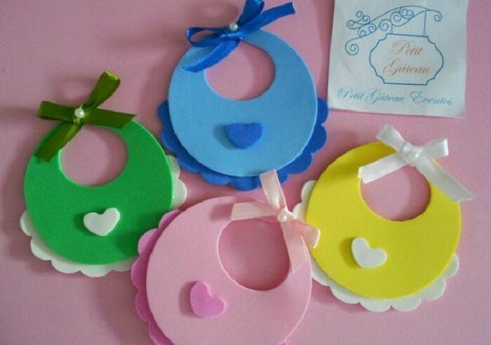 Lembrancinha de maternidade em eva em formato de babador com cores variadas