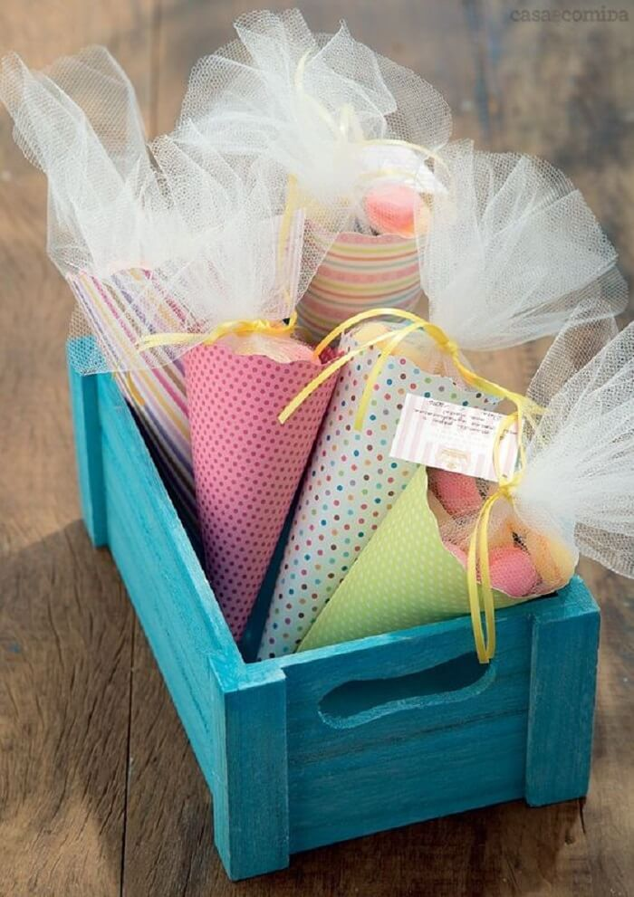 Lembrancinha de maternidade feita com cones e guloseimas