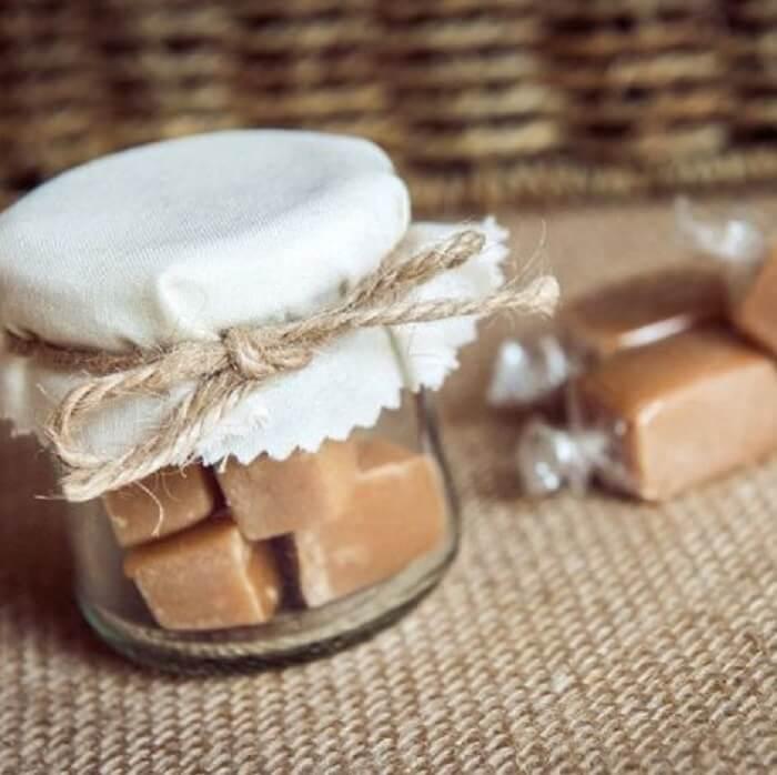 Lembrancinha de maternidade feita com doce de leite no pote