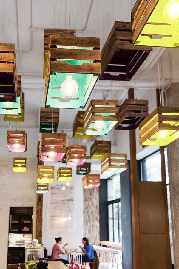 Luminárias criativas feitas com caixote de feira