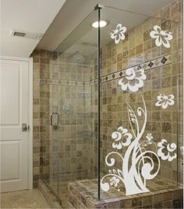 Modelo de adesivo para box de banheiro branco com desenho de flores