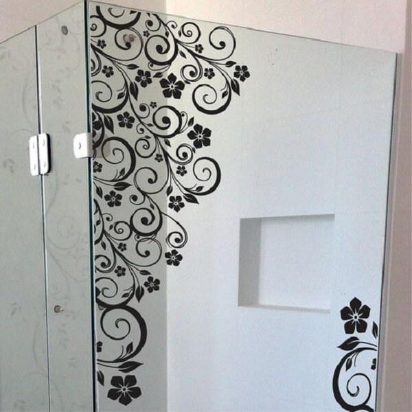 Modelo de adesivo para box de banheiro com desenho de arabescos