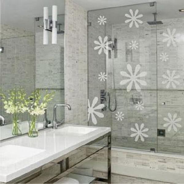 Modelo de adesivo para box de banheiro com desenho de flores