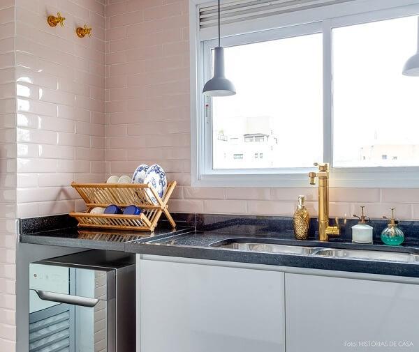 Modelo de azulejo para cozinha metrô com acabamento rosa bebê