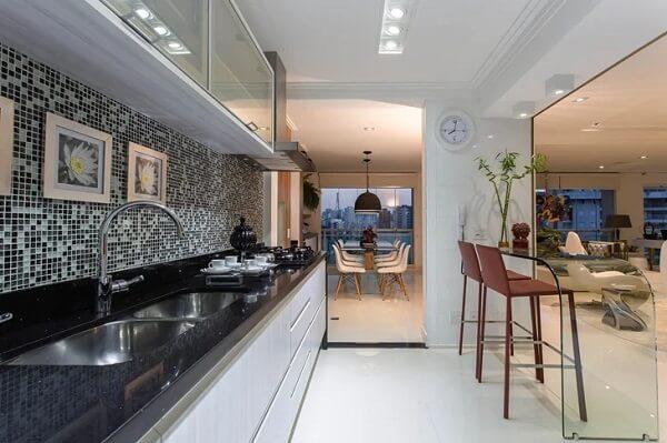 Modelo de balcão na cozinha com pia e cooktop