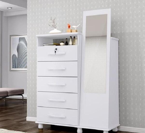 Modelo de cômoda conta com a presença de uma sapateira com espelho e 5 gavetas