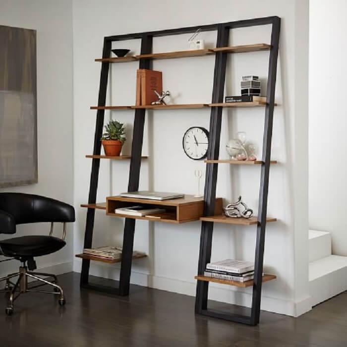 Modelo de estante escada com mesa central embutida