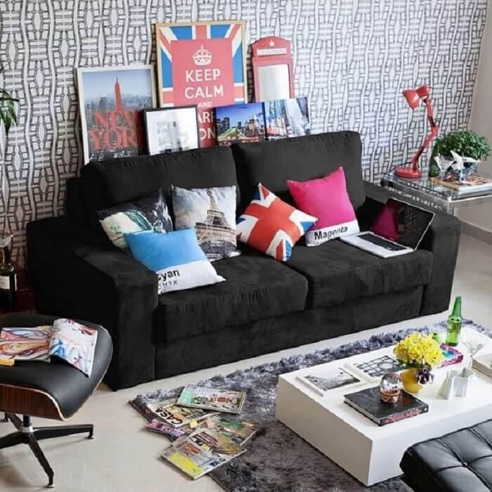 Modelo de sofá suede na cor preta com 3 lugares