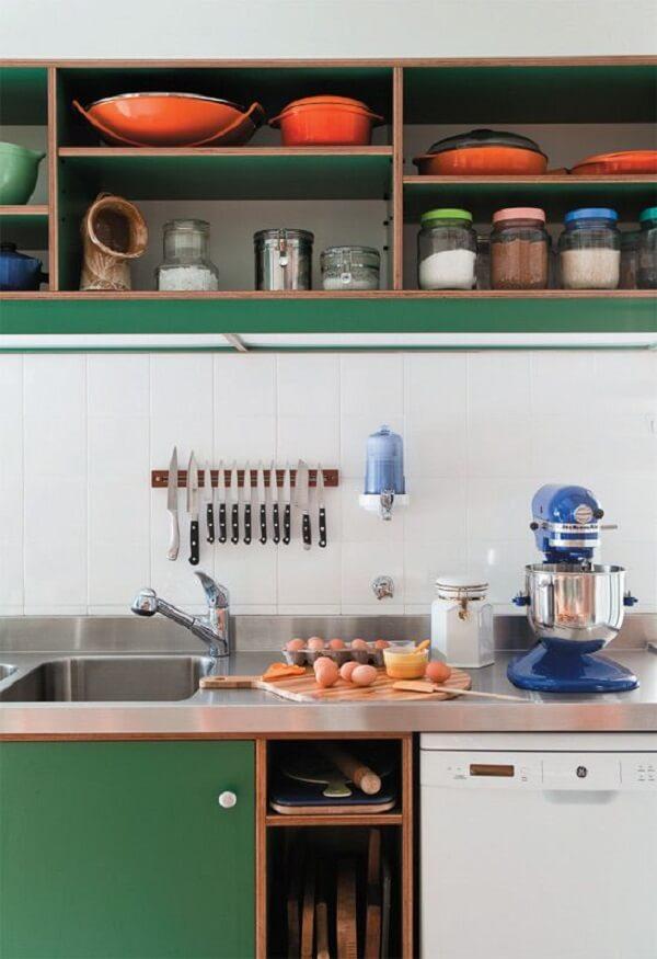 O azulejo para cozinha branco traz neutralidade para a decoração com armários verdes