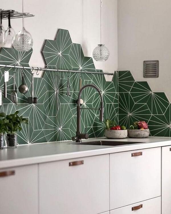 O azulejo hexagonal complementa parcialmente o revestimento da cozinha