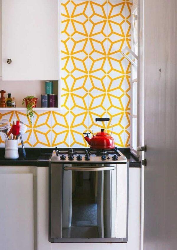 O azulejo para cozinha amarelo se destaca na decoração do ambiente