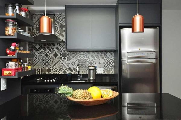 O azulejo para cozinha estampado quebra o tom preto do ambiente
