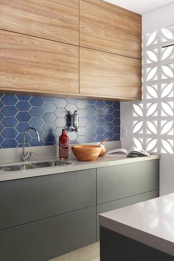 O azulejo para cozinha geométrico é a grande atração desse espaço