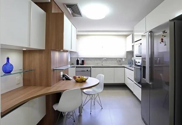 O balcão na cozinha foi instalado rente a janela do ambiente