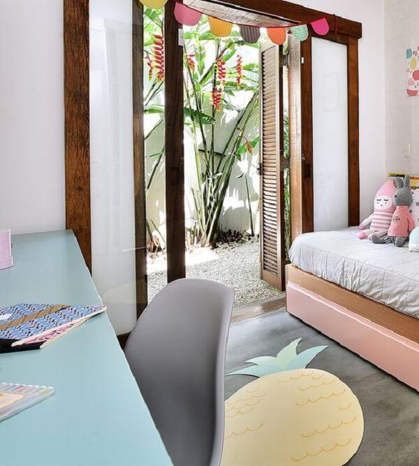 O tapete emborrachado de abacaxi se harmonizou com a decoração do ambiente