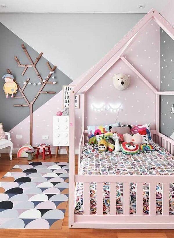 O tapete emborrachado em tons que se harmonizam com a decoração do quarto