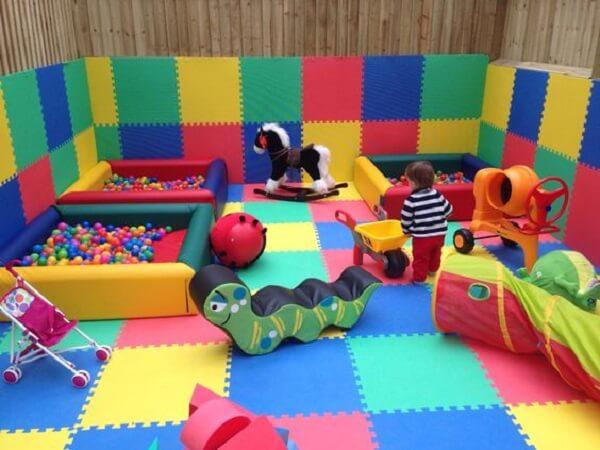 O tapete emborrachado pode ser posicionado nas paredes do ambiente trazendo mais segurança para as crianças
