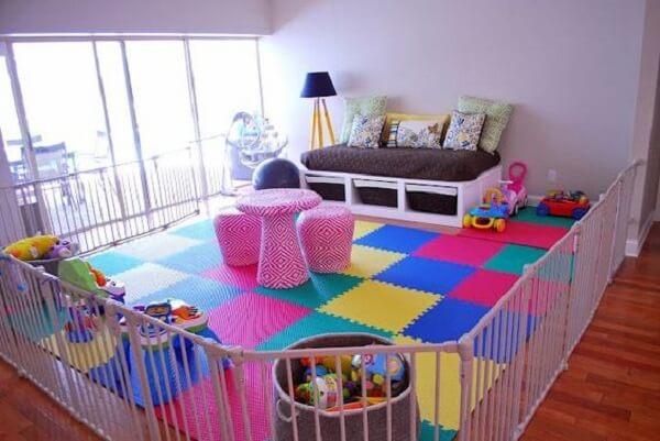 O tapete emborrachado traz segurança e conforto para as crianças