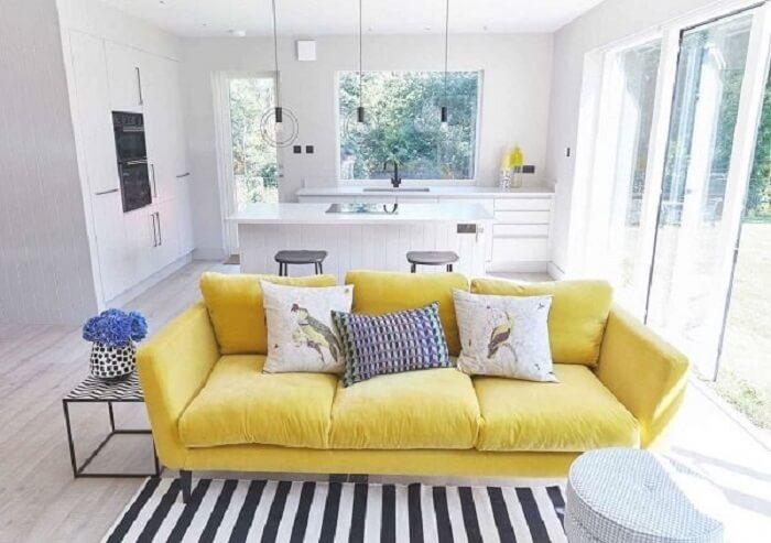 O tecido de sofá amarelo traz alegria para o ambiente