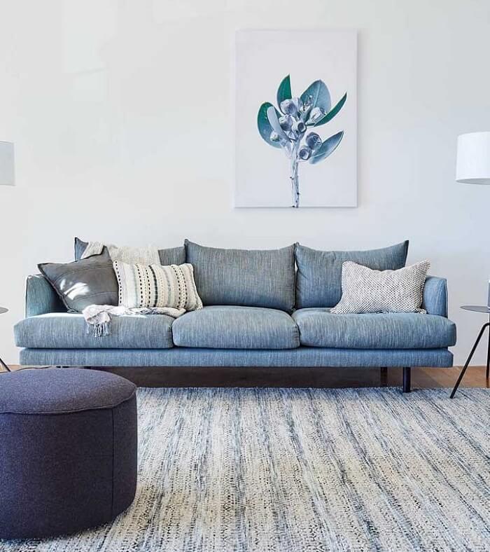 O tecido para sofá de linho azul traz calmaria para a decoração
