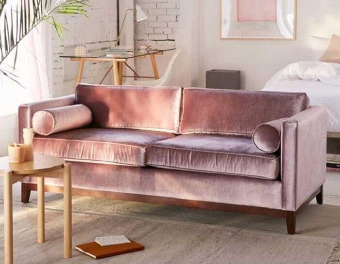 O tecido para sofá de veludo traz brilho para o ambiente