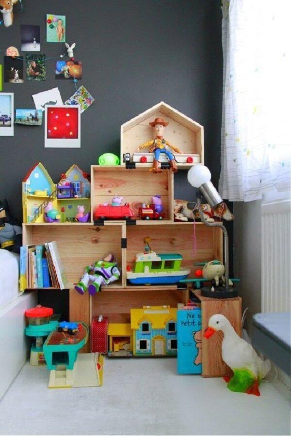 Organize os brinquedos do quarto nos caixotes de feira