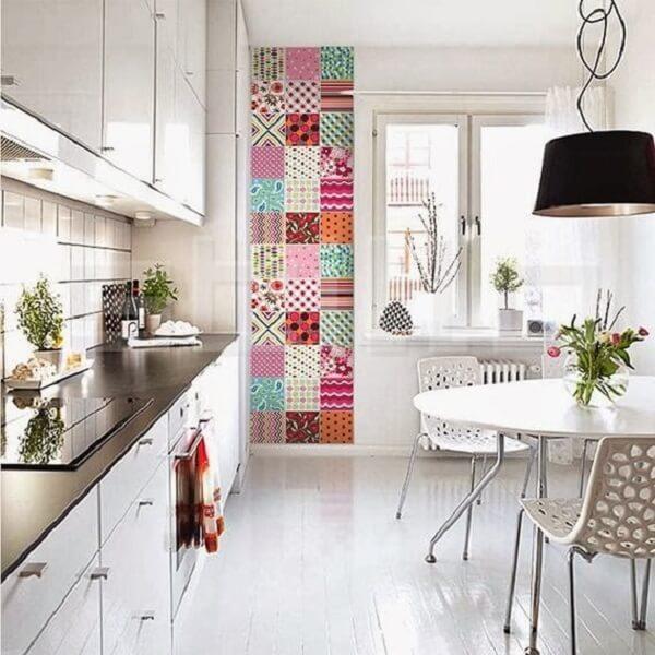 Os azulejos estampados trazem alegria para a decoração do espaço