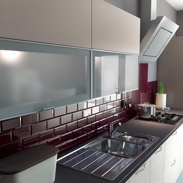Os azulejos para cozinha de metrô ganham sua versão bordô nesse ambiente