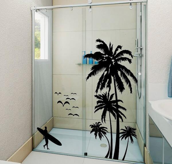 Os moradores optaram por escolher um adesivo para box de banheiro com design de surfista