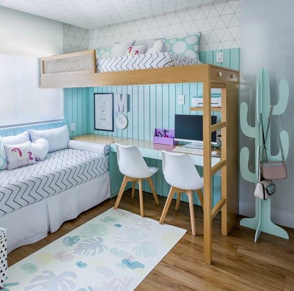 Os tons do tapete emborrachado do quarto se harmonizam com a decoração