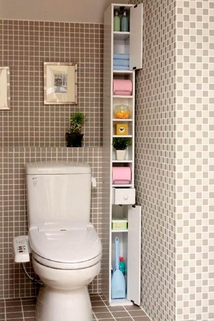 Prateleira para banheiro pequeno com diversos nichos para organizar itens