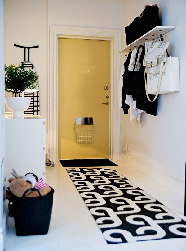 Para a entrada de casa aposte em um tapete preto e branco