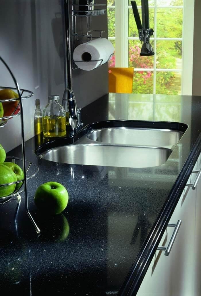 Pia de cozinha com estrutura formada em granito preto