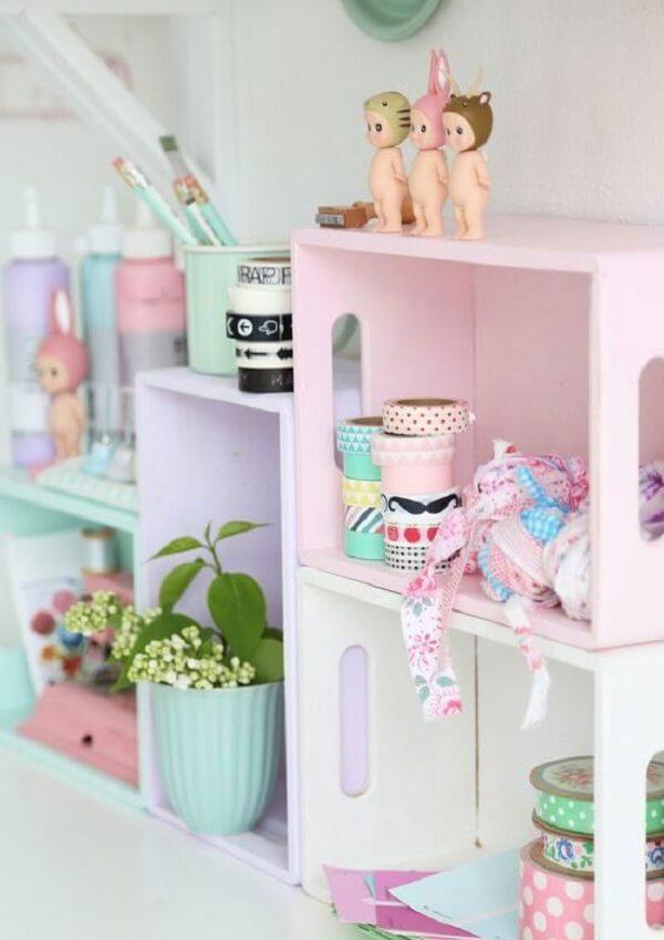 Pinte os caixotes de feira para que eles se conectem com a decoração do espaço