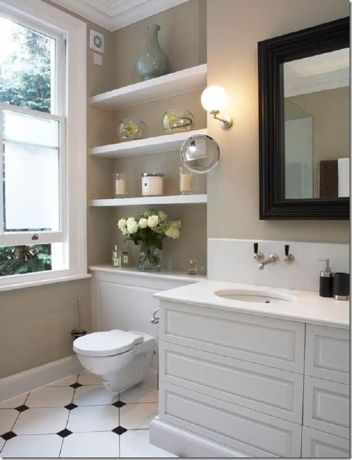 Prateleira para banheiro com madeira branca serve de apoio para itens decorativos