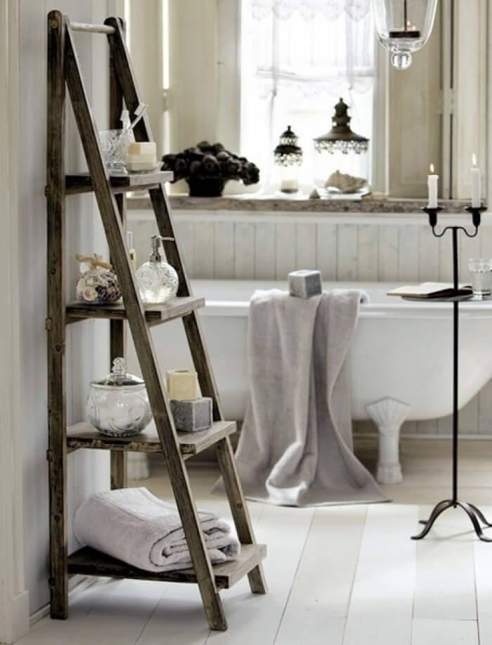 Prateleira para banheiro criativa com design de escada