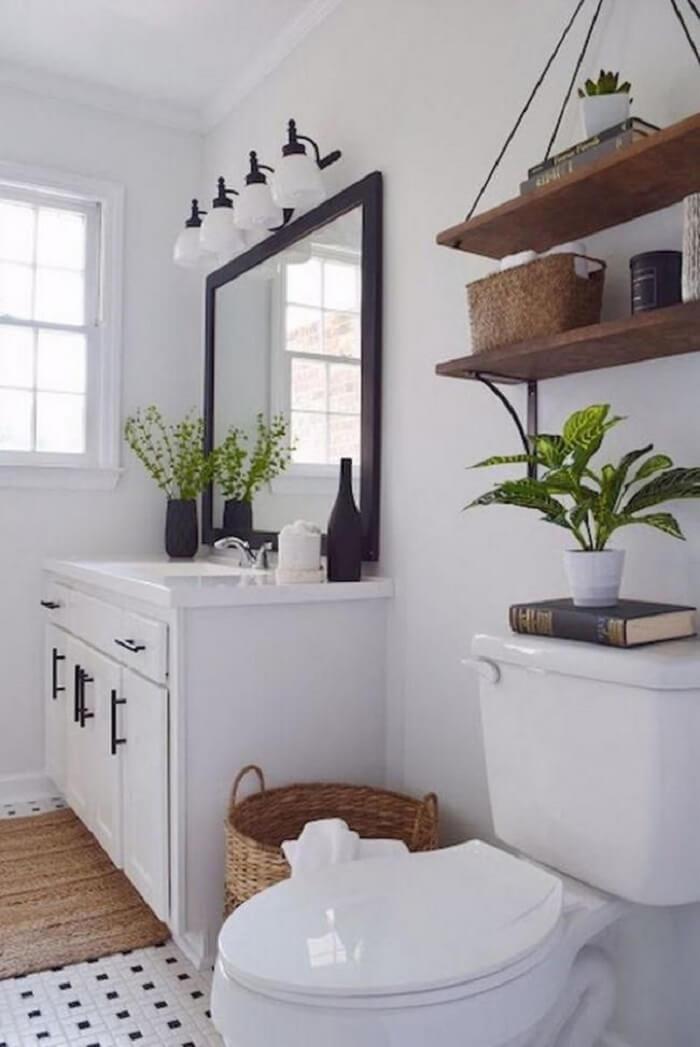 Prateleira para banheiro de madeira pendurado por cordas
