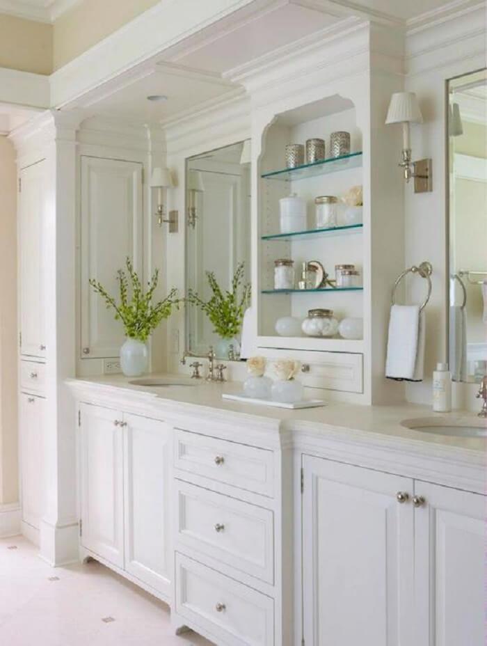Prateleira para banheiro de vidro embutida na pia