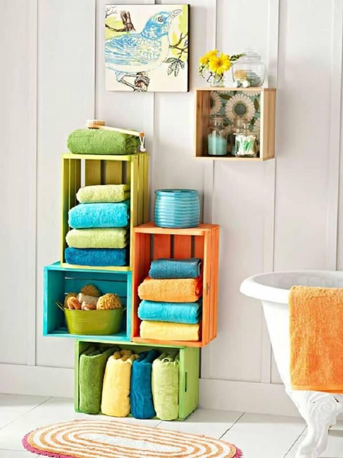 Prateleira para banheiro feita com estrutura de caixotes