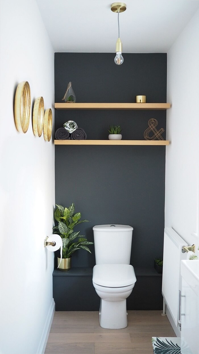 Prateleira para banheiro pequeno feito com madeira